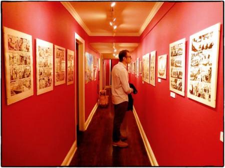 Seriefrämjandets verksamhetsledare Jamil Mani beskådar en av utställningarna på Society of Illustrators museum.