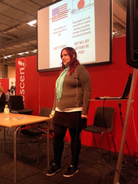 Elsie Johansson föreläser om fanzinmarknaden i Japan på Seriescenen. Foto: Malinda Lindmark.