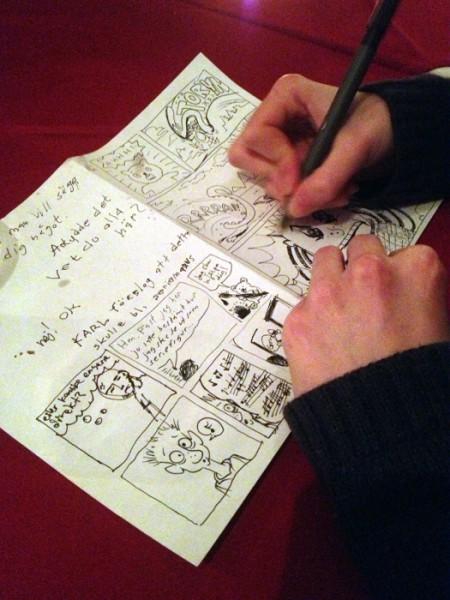 Filippa Carlsson ritar sitt bidrag till stafettserien. Foto: Malinda Lindmark.