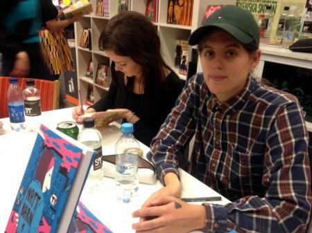 Signering på bokmässan 2013 med Hanna Gustavsson (till höger) och Nanna Johansson (till vänster). Foto: Malinda Lindmark.