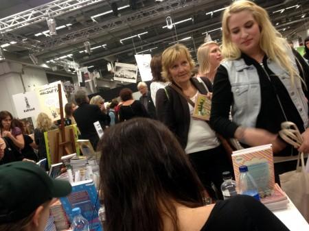 Lång kö till signering med Nanna Johansson på bokmässan 2013. Väntade gjorde bland annat Emilia Wiklund (längst fram) och Ann Helen (längre bak). Foto: Malinda Lindmark.