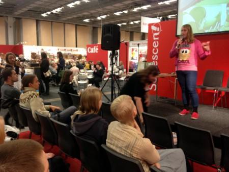 """Malinda Lindmark föreläser om sitt seriealbum """"Trans:IT"""" på Seriescenen på bokmässan 2013. Foto: Filippa Carlsson."""