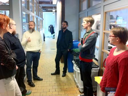 Ordförande Fredrik Strömberg ger en guidad tur för de nordiska serieorganisationernas representanter på Serieskolan i Malmö. Foto: Jamil Mani.