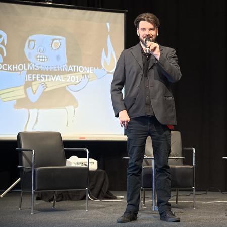 Serietekets konstnärlige ledare Ola Hellsten inviger festivalen.