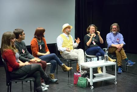 Seriefrämjandets Fredrik Strömberg leder en paneldebatt med den kanadensiska delegationen.