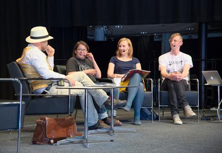 Fredrik Strömberg leder en paneldebatt med serieskapare från det finska kollektivet Kuti Kuti.