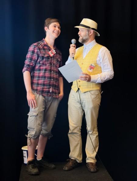 Redaktör Fredrik Ämting tar emot Publikens pris för antologin 2054, och intervjuas på scen av Fredrik Strömberg. Foto: Rolf Lindby.