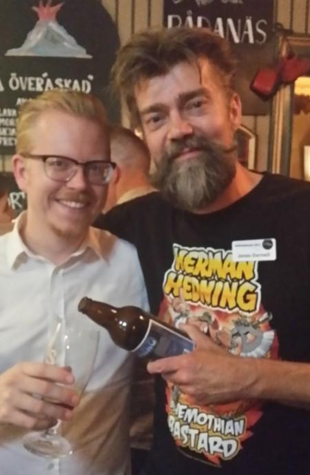 Jonas Darnell häller upp en Herman Hedning-öl åt Daniel Thollin. Foto: Malinda Lindmark.