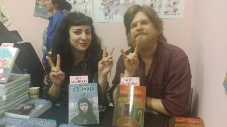 Julia Hansen och Henri Gylander signerade sina album på Bokmässan. Båda albumen behandlar existentiella frågor. Foto: Malinda Lindmark.