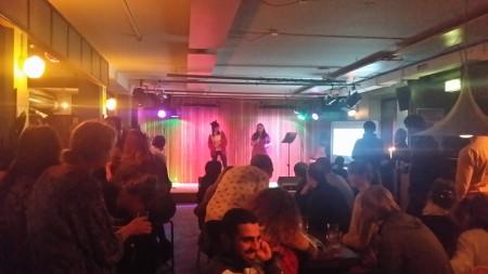 Så här kan det se ut på en releasefest i anslutning till bokmässan. På scenen Zukie Fioxu. Foto: Malinda Lindmark.