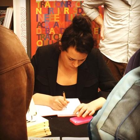 Liv Strömquist signerar sin nya bok på franska, hos förlaget Rackham.